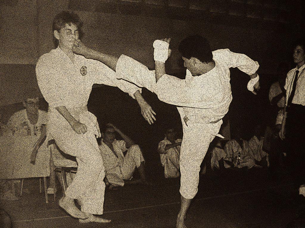 El-Sensei-realizando-una-Mawashi-Geri-en-un-torneo-13.10.39